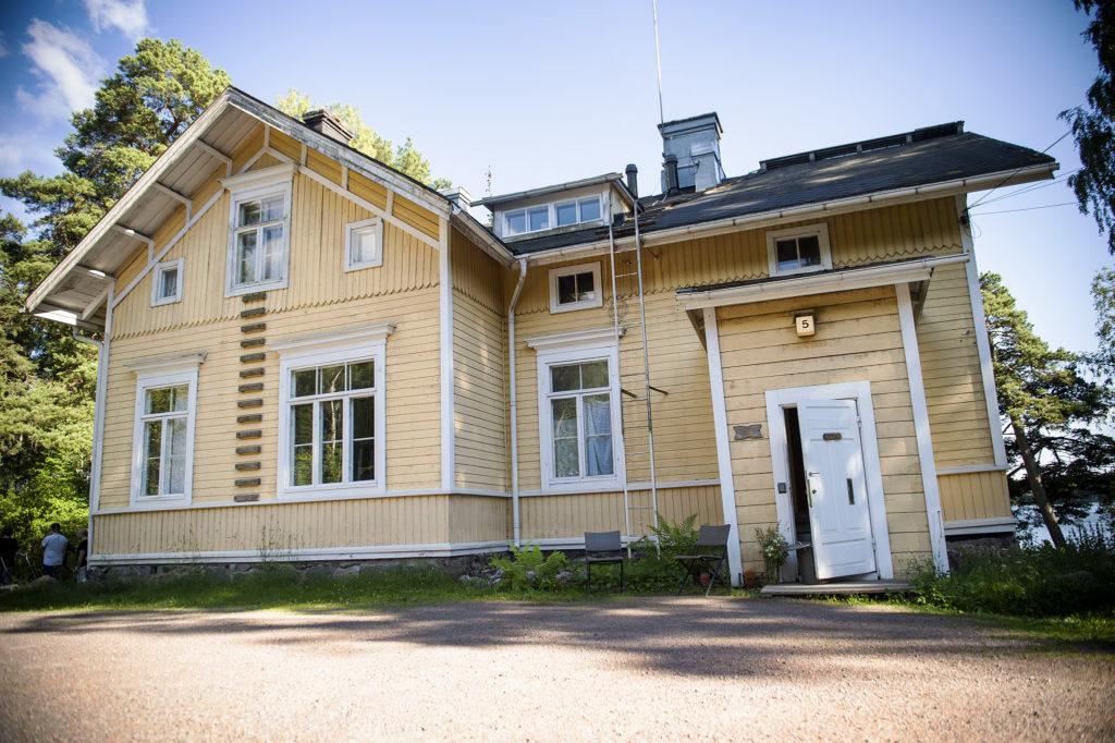 Furuvikin kartano sijaitsee Laajasalossa.
