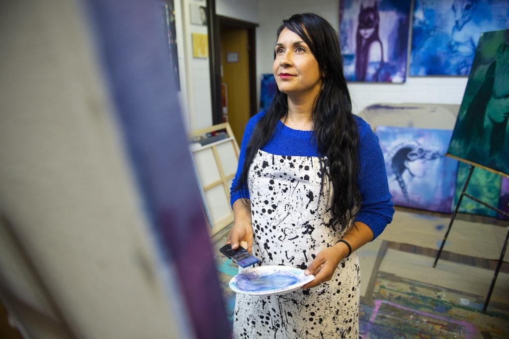 Maria Mughal käyttää teoksissaan akryylivärejä.